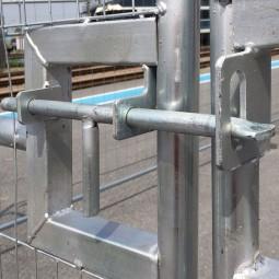 Fermeture du portail de chantier grillagé 4m261