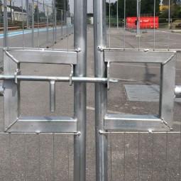 Zoom sur la fermeture du portail de chantier grillagé 4m261