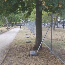 grille de chantier anti vandalisme avec jambe de force et plot béton