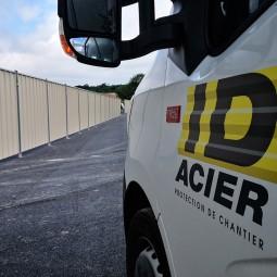 Camion ID Acier et barrière de chantier pleine