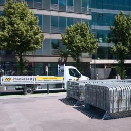 Camion ID Acier et barrières de police